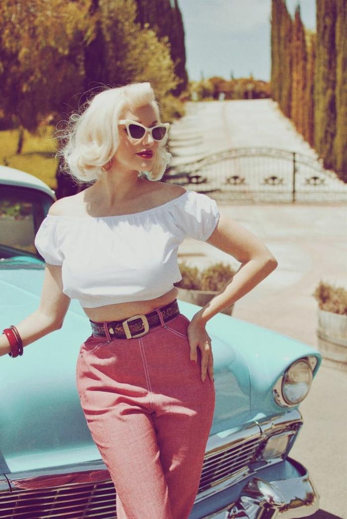 pantalon rose taille haute, ceinture, crop top blanc, lunettes extravagants, déguisement rockabilly