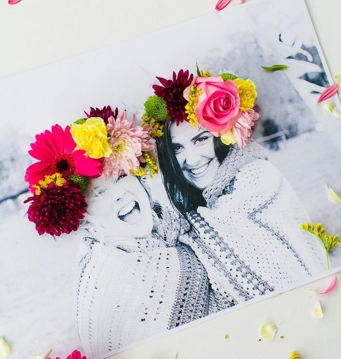 photo personnalisé 3 d avec couronne de fleur fraîches collées dessus les cheveux de deux filles, idee cadeau pour sa meilleure amie a faire soi meme