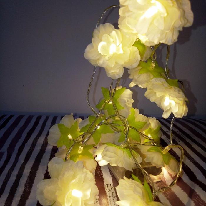 fleurs blanches magnolias en tissu et en plastique, guirlande lumineuse chambre, guirlande lumineuse interieur, ambiance romantique et relax