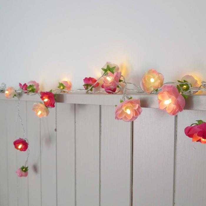 mur de chambre en couleur taupe, fleurs en rose et rouge, guirlande lumineuse pour chambre, guirlande lumineuse ampoule