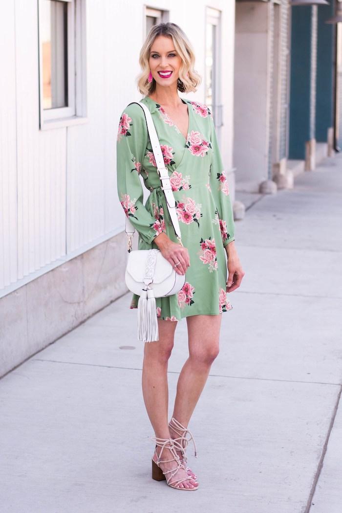 Robe de cérémonie femme chic idee tenue chic et champetre robe legere tendance 2018 robe wrap vert avec roses