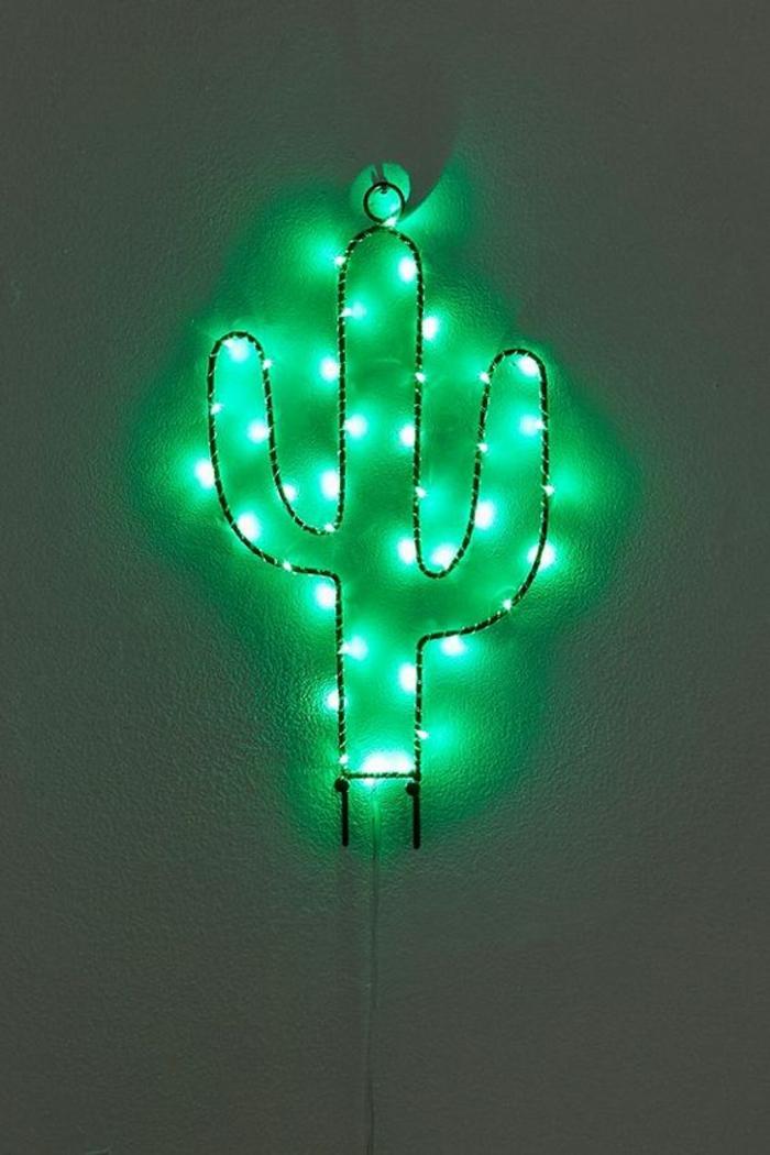 cactus illuminant forme en métal noir, avec guirlande lumineuse ampoule, chambre adulte cocooning, nuances vertes sur le mur blanc dans une salle de séjour ou une chambre