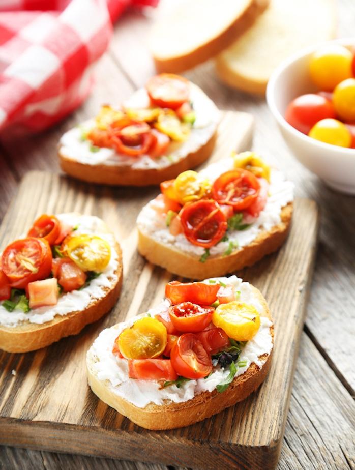 tartines au fromage ricotta et tomates cerise sur une tranche de pain mie, petit déjeuner diététique simple
