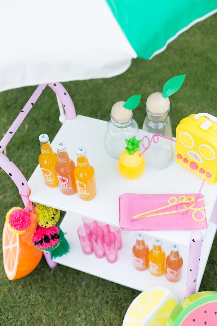 Decoration de table pour anniversaire deco anniversaire fille guirlandes couleur belle idée pour le rangement des boissons