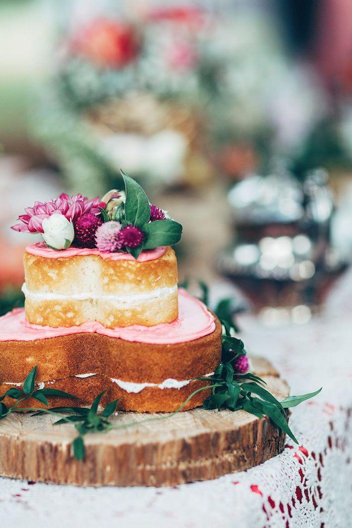 Belle deco anniversaire 18 ans gâteau à la forme de coeur decoration de table pour anniversaire déco coloré