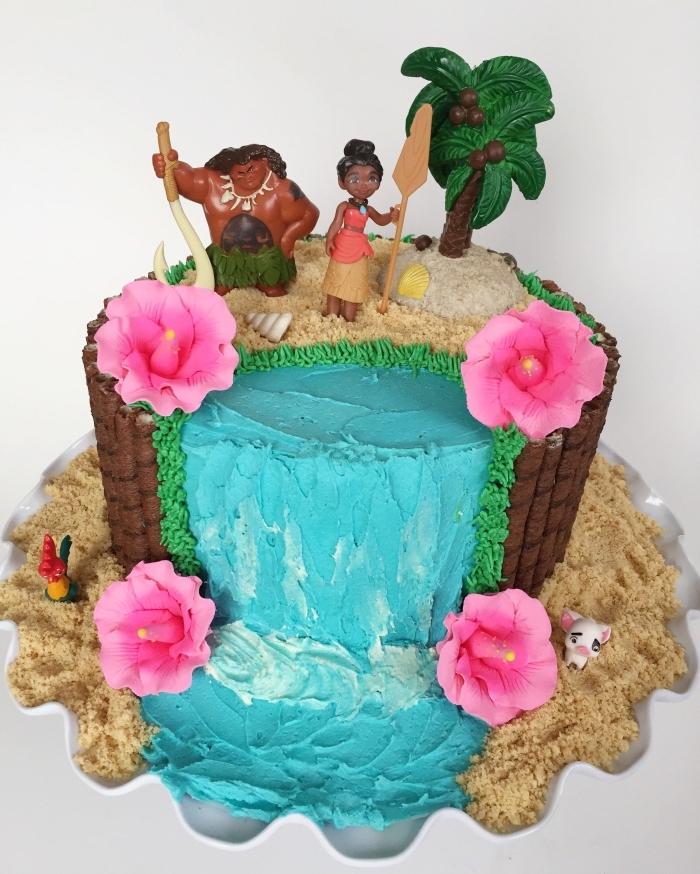 comment décorer un gateau au chocolat anniversaire sur le thème de Disney, modèle gâteau design cascade d'eau