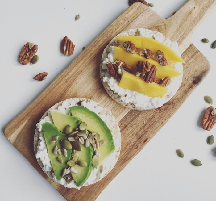 recette simple et rapide pour faire une galette de riz soufflé tartinée de fromage cottage, ricotta avec graines noix pecan, avocat et mango