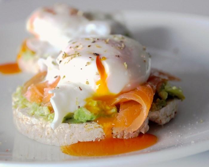 exemple de galette de riz soufflé tartine d avocat, oeuf et saumon, petit déjeuner équilibré exemple simple