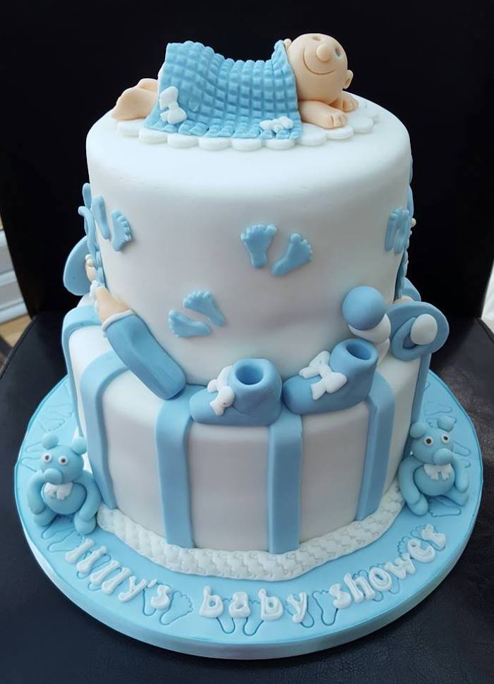 Deco baby shower garcon deux etages deco pate a sucre blanc et bleu gâteau baby shower photo patisserie garcon bebe adorable figurine de pate a sucre