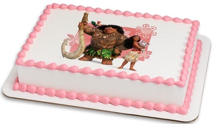 jolie déco simple d'un gâteau sur le thème Vaiana en blanc et rose, modèle de gâteau Vaiana et Maui au crème blanc et crème rose