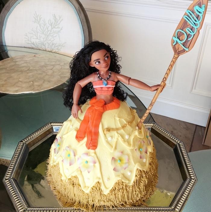 gâteau hyper cool réalisé à la maison sur le thème princesse polynésienne Vaiana, déco gâteau anniversaire Disney