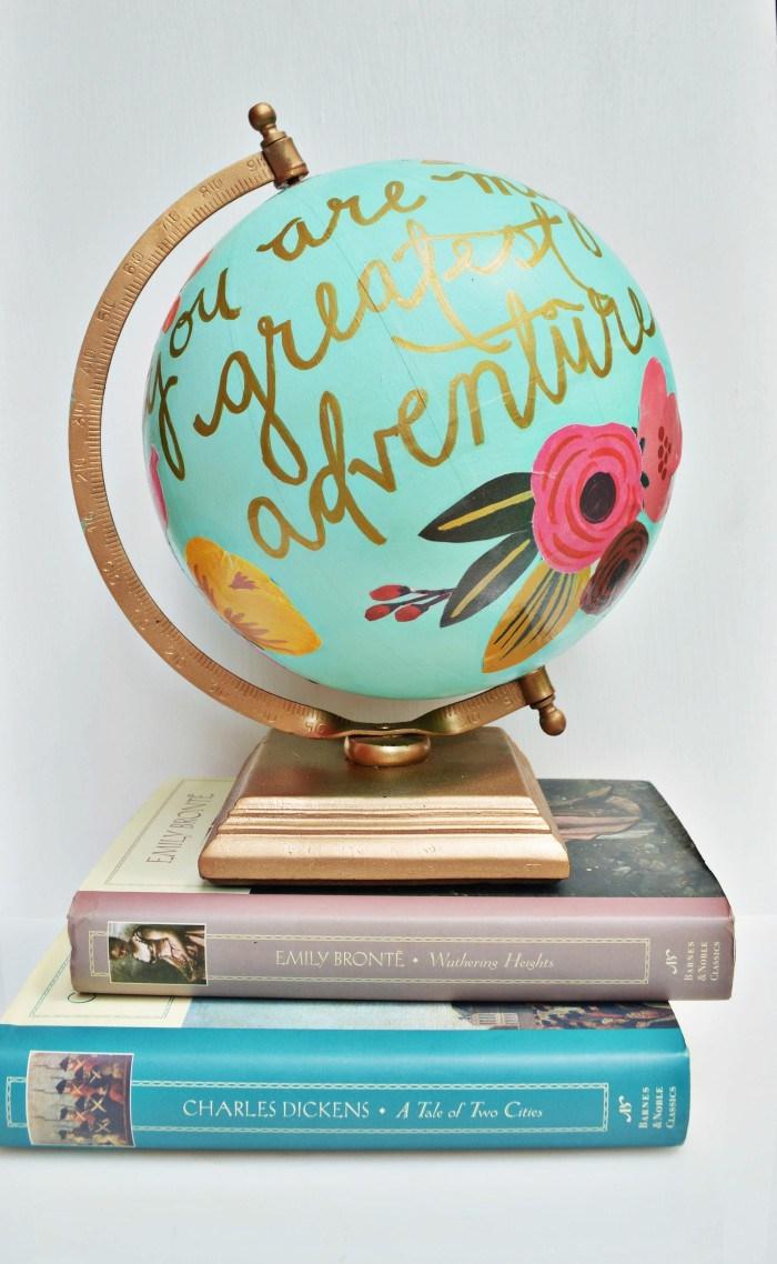 travaux manuels adultes ou enfants facile, décorer un globe terrestre pour bureau étudiant avec peinture vert menthe et coupures papier fleur