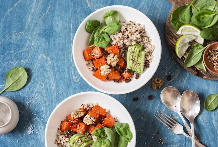 bol de quinoa aux patates douces, jeunes épinards, noix, quinoa et raisins secs, petit dejeuner minceur