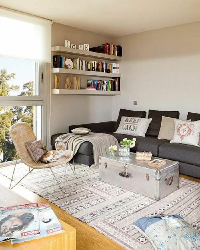 chambre rose et gris, chambre blanche et grise, rose poudree, murs blancs, trois étagères blanches, grand tapis en couleur rose pale, blanc et noir aux motifs ethniques