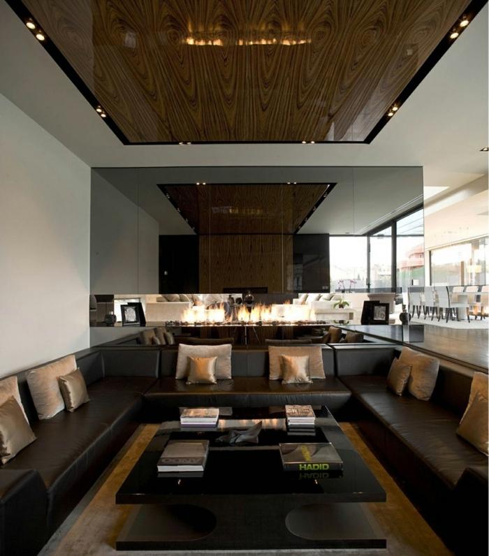 spots de plafond, plusieurs sofas en couleur wengé, murs en gris clair, intérieur plan ouvert