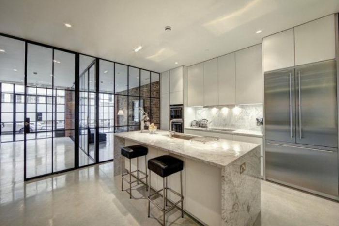 grand appartement en blanc style industriel, bar blanc avec deux tabourets noirs, porte verriere coulissante