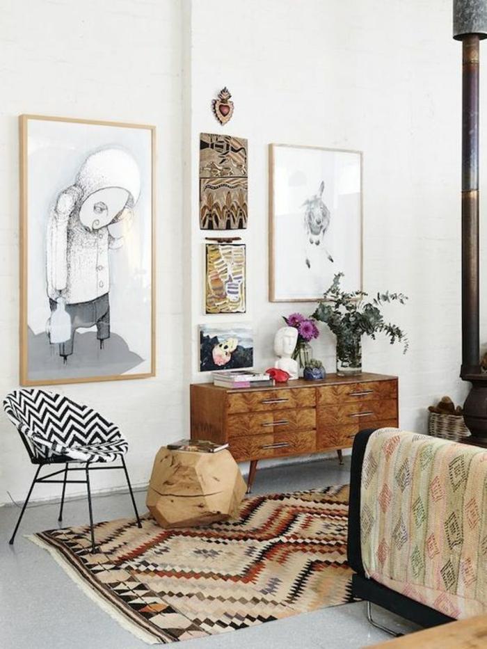 relooking meuble avant après petit tronc d'arbre, salon avec grand tableau avec l'image d'un enfant, murs blancs, tapis ethnique