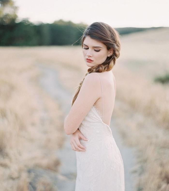 comment faire une tresse sur le coté, cheveux chatain longs, robe de mariée dentelle simple