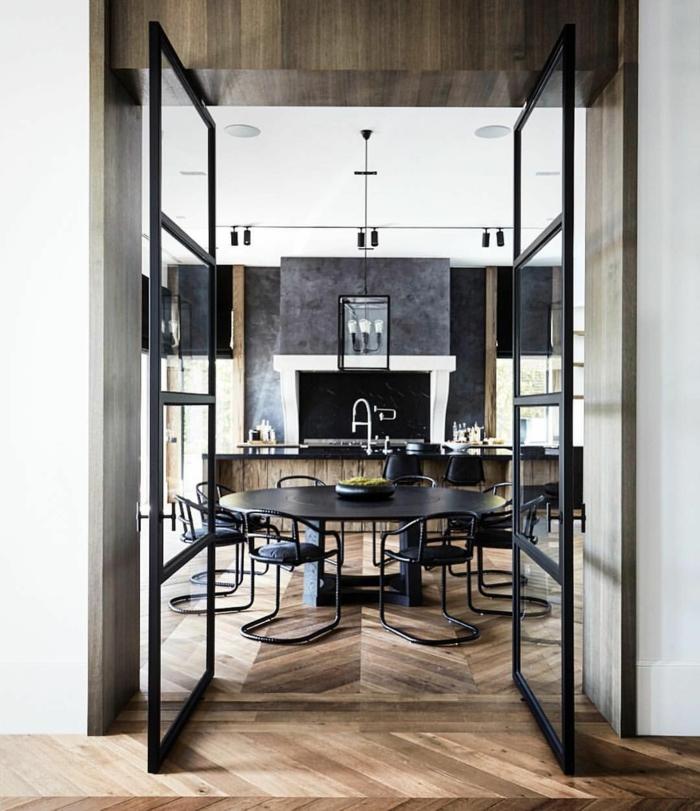 porte verriere coulissante, parquet chevron, grande table ovale avec chaises noires