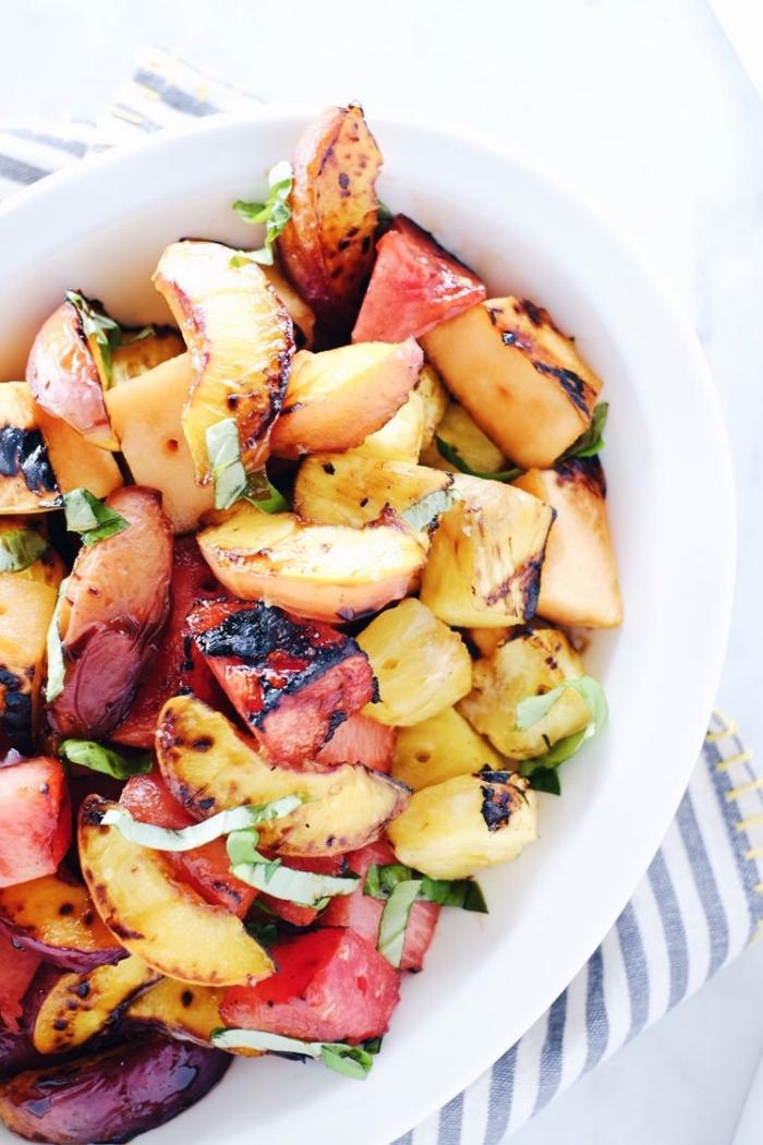 recette de grillage originale de pêches, ananas et pastèque rôtis en salade de fruits d'été, idéale pour accompagner un repas de barbecue