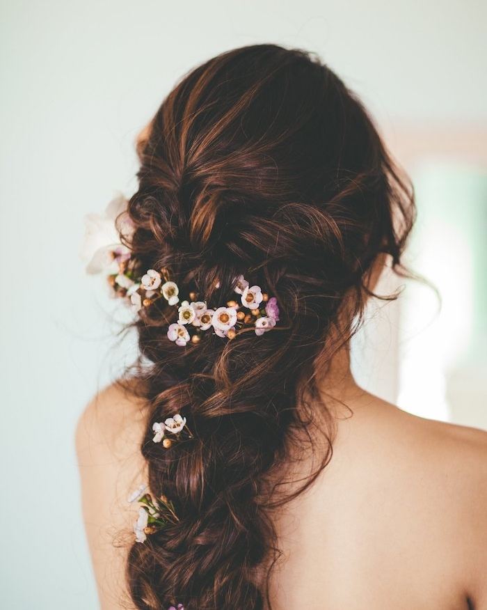 tresse volumineuse femme avec décoration de petites fleurs, mèches libres, style décoiffé bohème
