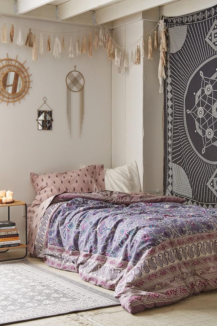 pièce de style hippie chic ou bohème avec plafond en poutre bois et tapisserie murale, modèle de guirlande en tissels beige diy