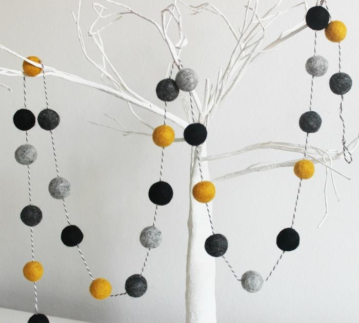 guirlande boule coton, boules en noir, en moutarde et en noir, arbre aux branches blanches, guirlande lumineuse pour chambre