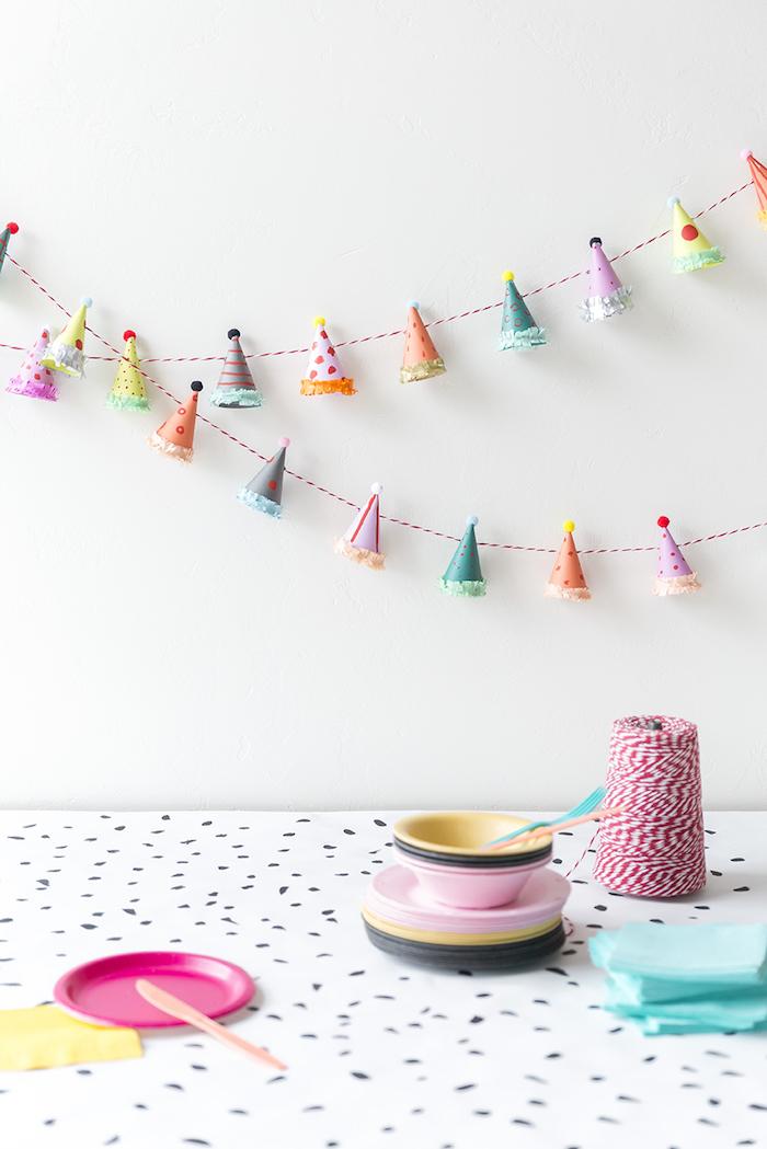 Idée bricolage maison decoration de table pour anniversaire originale idée originale guirlande de chapeaux d anniversaire