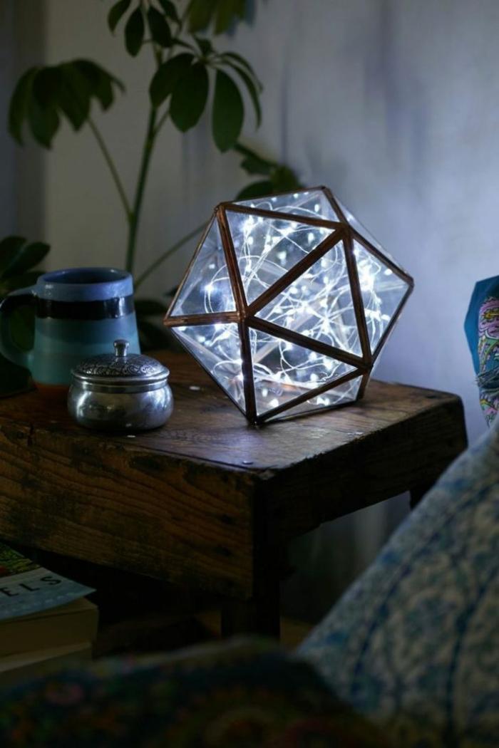 objet décoratif hexagonal, guirlande a pile dans un objet déco sur une table de chevet en bois marron en style rustique, guirlande lumineuse pour chambre