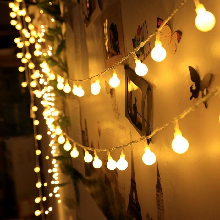 mur décoré avec des mini tableaux et des décorations en carton coloré, guirlande lumineuse pour chambre, guirlande lumineuse ampoule
