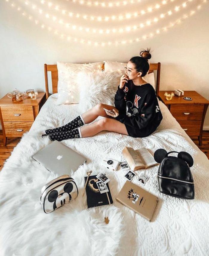 chambre d'ado fille, quatre tours de guirlande lumineuse pour chambre au mur, lit avec deux meubles de chevet des deux cotes, couverture de lit en peluche blanche synthétique au poil long