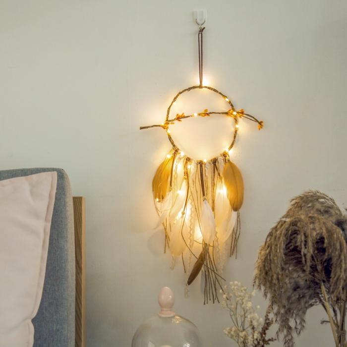 chambre adulte cocooning avec attrape-rêve en guirlande lumineuse, guirlande ampoule, guirlande lumineuse pour chambre, murs en vert d'eau