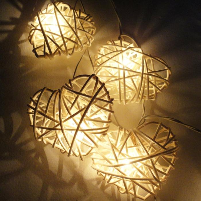 guirlande ampoule, guirlande lumineuse interieur, guirlande lumineuse boule coton, motifs cœurs blancs en métal, décoration romantique de chambre d'adultes