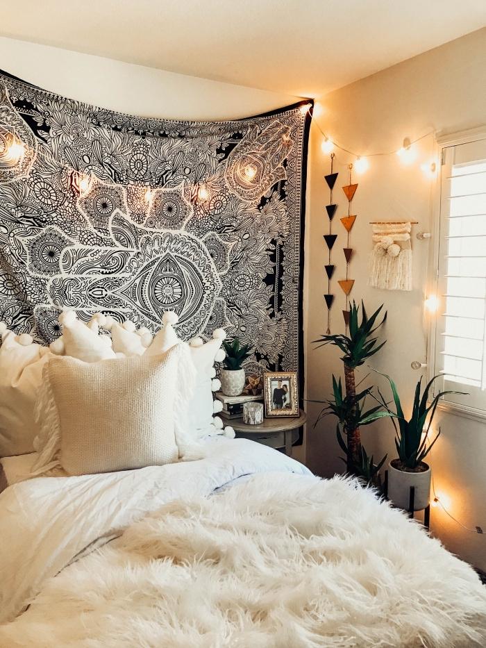 chambre à coucher aménagée avec décoration de style boho chic en tapisserie murale blanc et noir avec plantes vertes