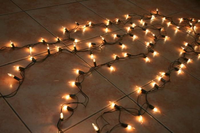chambre adulte cocooning avec une guirlande lumineuse pour chambre, guirlande lumineuse ampoule, décoration pour une ambiance mystérieuse
