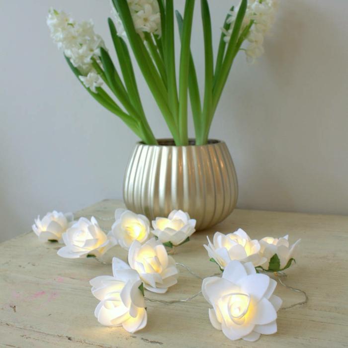 guirlande a pile aux éléments en fleurs de lotus blanches, cache-pot en plastique couleur argent imitante le métal, guirlande ampoule