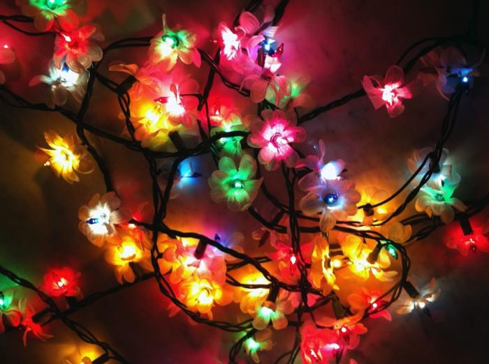 chambre adulte cocooning, guirlande a pile, guirlande ampoule, guirlande lumineuse pour chambre, motifs fleurs multicolores, en rouge, jaune, orange, vert et bleu