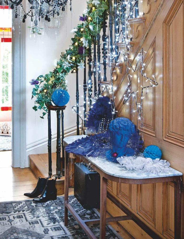 guirlande lumineuse interieur, idée déco chambre cocooning, escalier en bois beige clair, lampadaire en style baroque, lustre a pampilles noires et blanches avec éléments en plastique