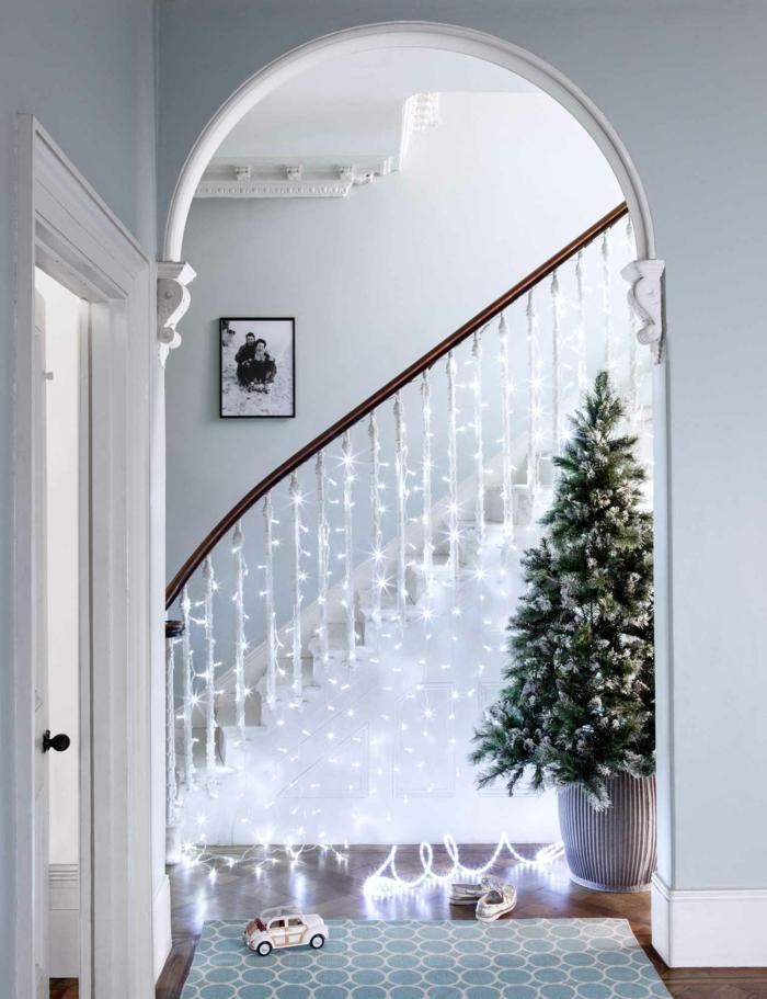 idée déco chambre cocooning, guirlande a pile, décoration du garde-corps d'un escalier, maison spacieuse, plafond haut, décoration de Noel