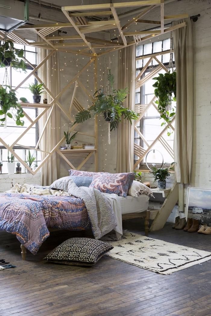 decoration boheme dans une pièce aux murs en briques blanches et plafond en bois foncé, aménagement avec meubles de bois clair