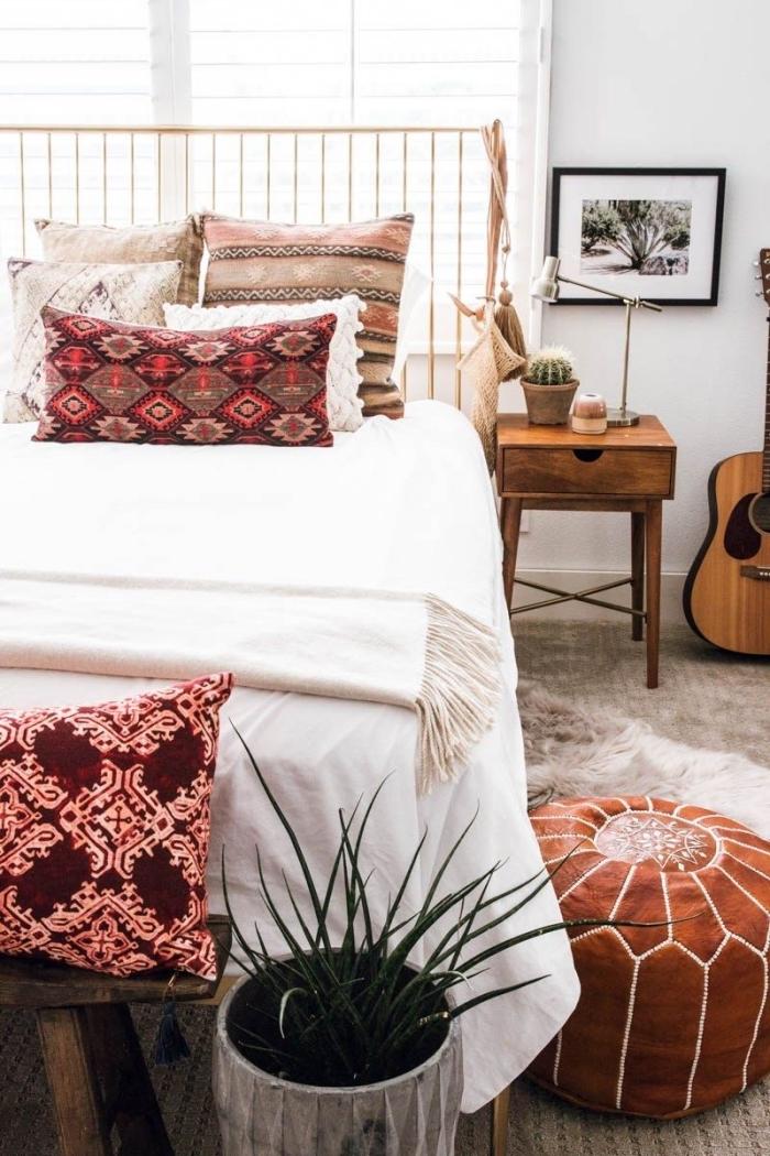 aménagement de chambre à coucher en style hippie chic et bohème avec meubles de bois et accessoires décoratifs à motifs ethniques