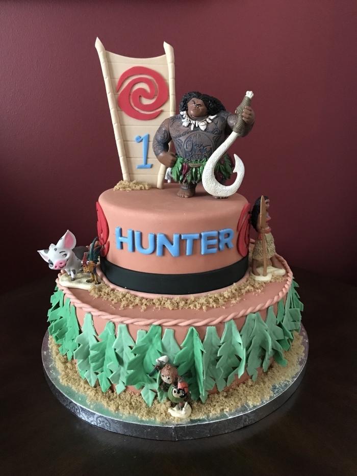 exemple de deco anniversaire vaiana avec un gâteau sur le thème de Disney avec figurines des personnages