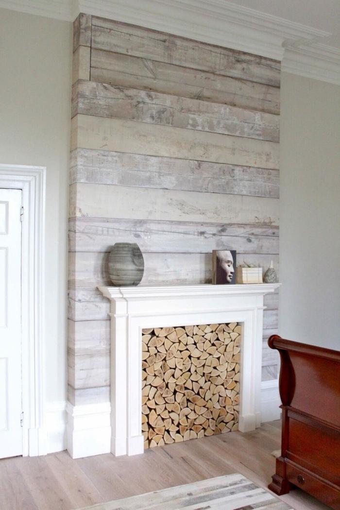 du papier peint imitation bois pour habiller la cheminée et apporter une ambiance chaleureuse dans le salon