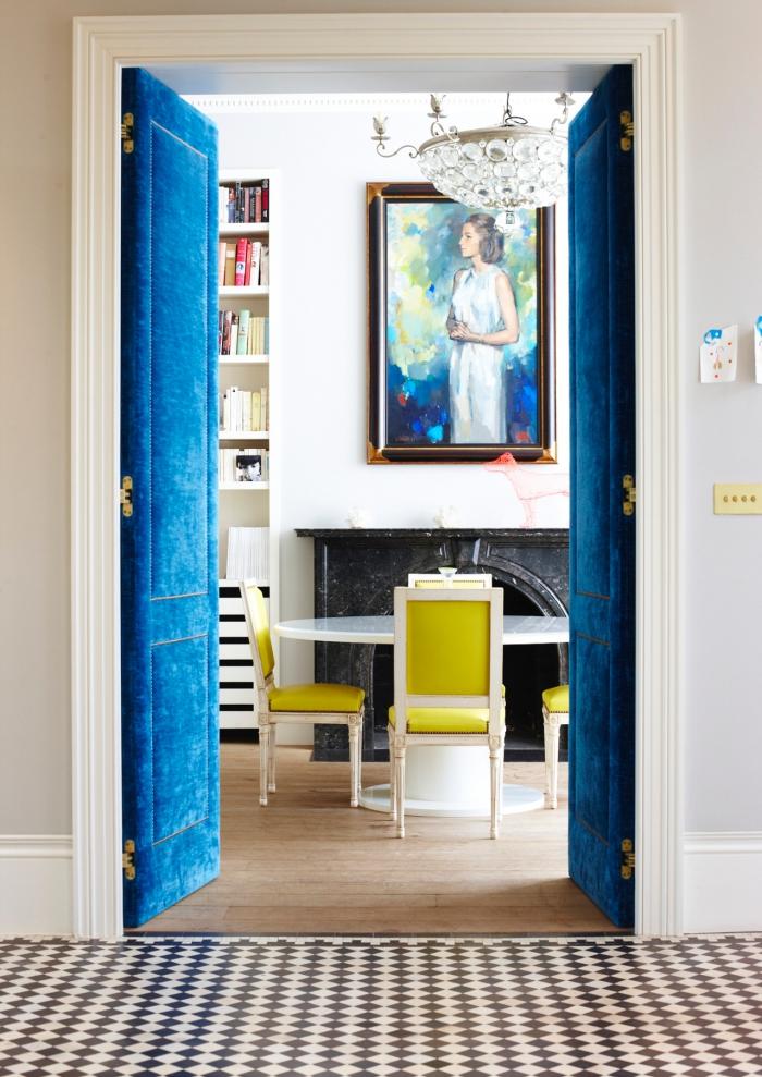 habillage porte interieur chic et élégant, une porte double revêtue de velours couleurs bleu roi