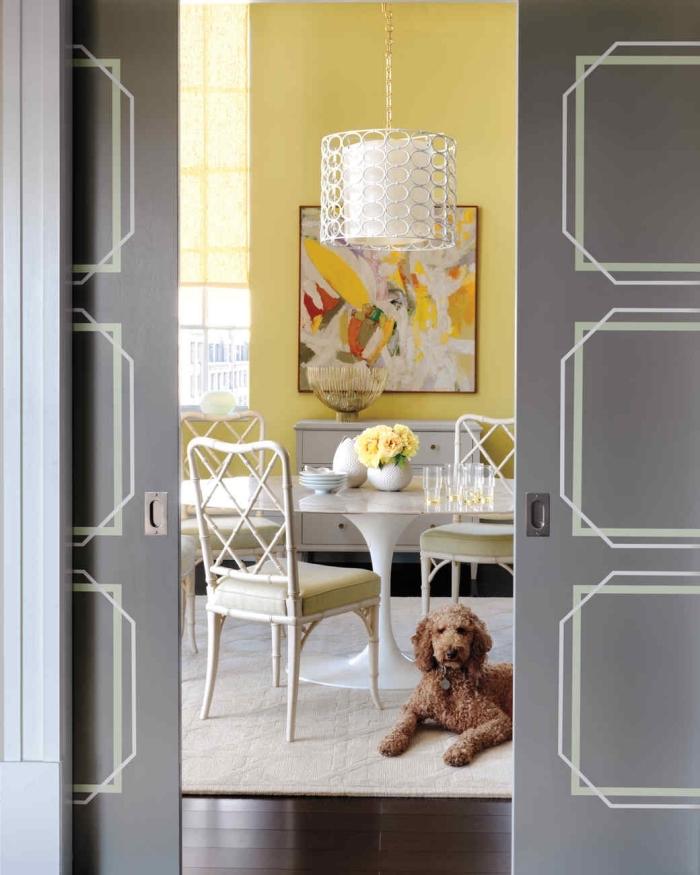 relooker une porte coulissante double avec de la peinture au scotch pour réaliser de jolis motifs graphiques imitant des moulures classiques