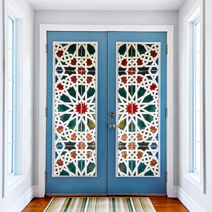 des stickers pour porte effet kaléidoscope et encadrement de porte peint en bleu, une porte d'entrée qui attire les regards