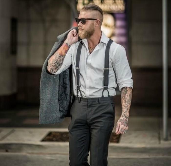 tenue chic relax pour homme hipster avec costume à bretelles et chemise ouverte