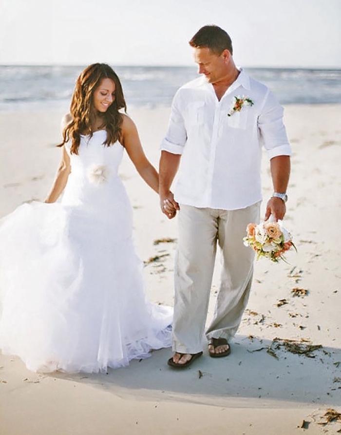 tenue de mariage homme décontracté beige et blanc en tongues pour cérémonie sur le plage