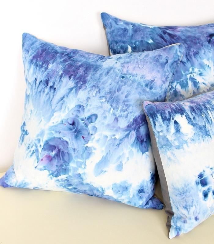 activité manuelle adulte, modèle coussins décoratifs à design ombré en bleu et blanc, faire une housse de coussin facile