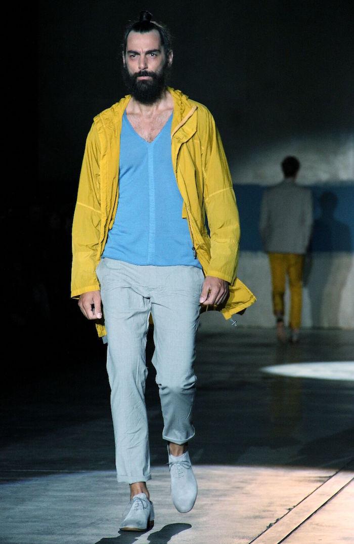 tenue casual sport chic pour homme avec coupe vent jaune et pantalon gris iceberg
